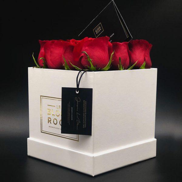 caja mediana blanca 12 rosas rojas