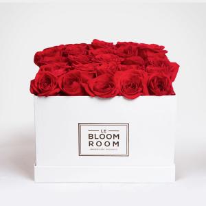 caja blanca con 25 rosas rojas