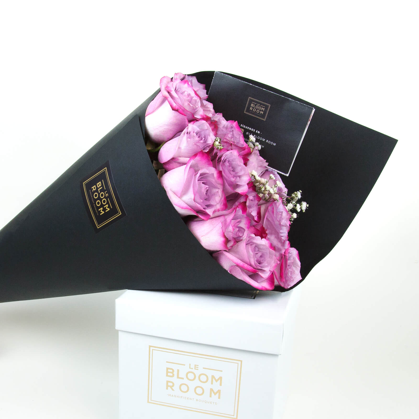 ramo de 12 rosas moradas en cono negro