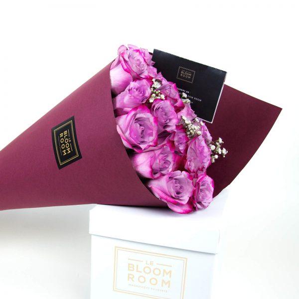 ramo de 12 rosas moradas en cono vino