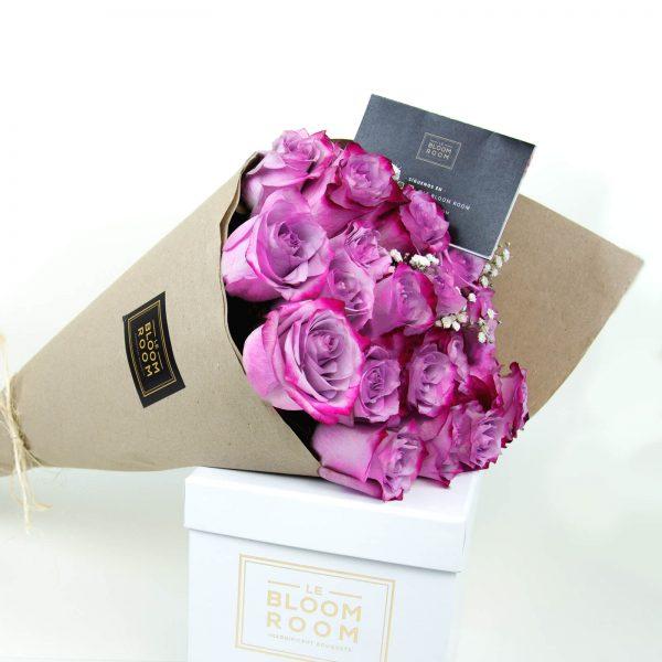 ramo de 12 rosas moradas en papel kraft