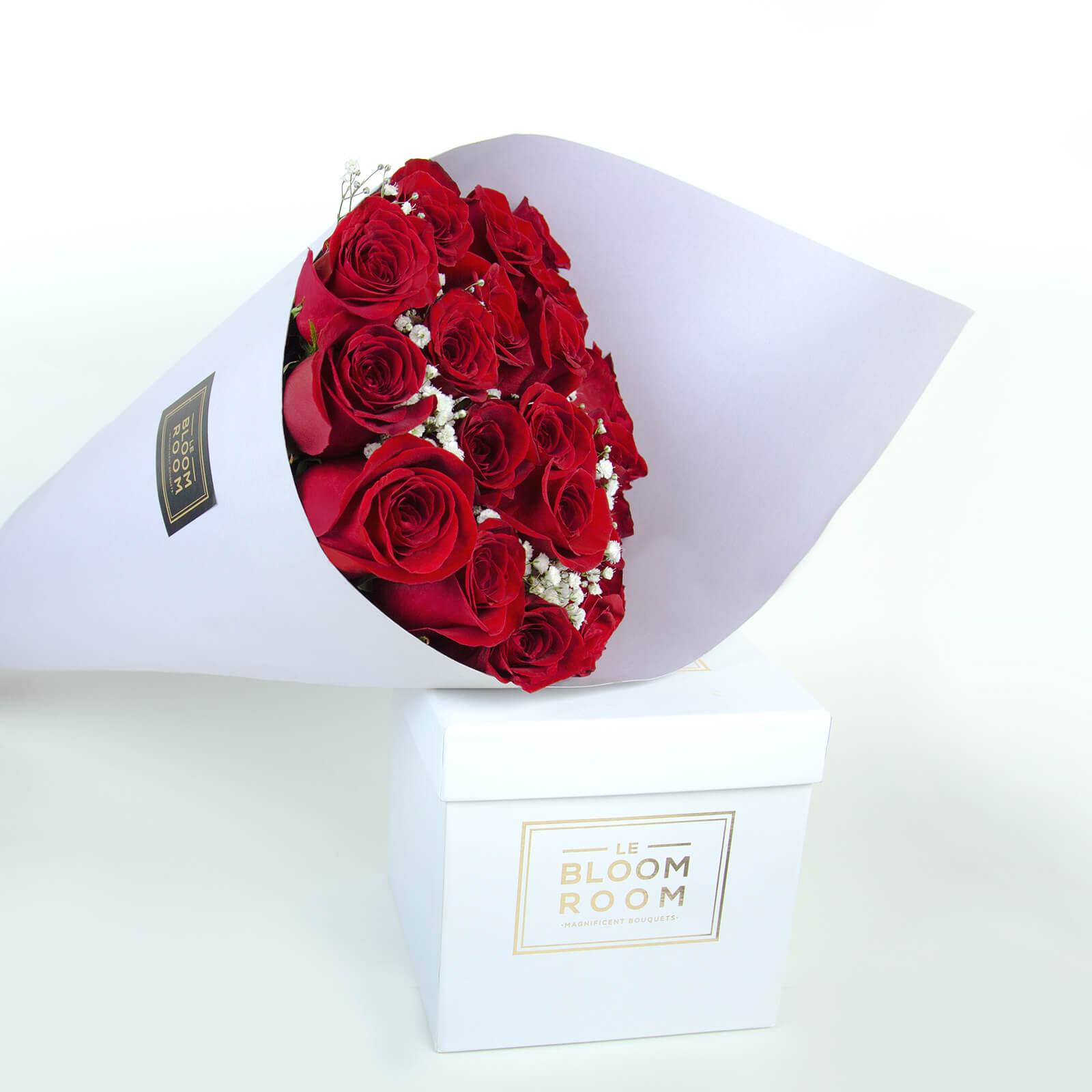 ramo de 24 rosas rojas en cono lavanda
