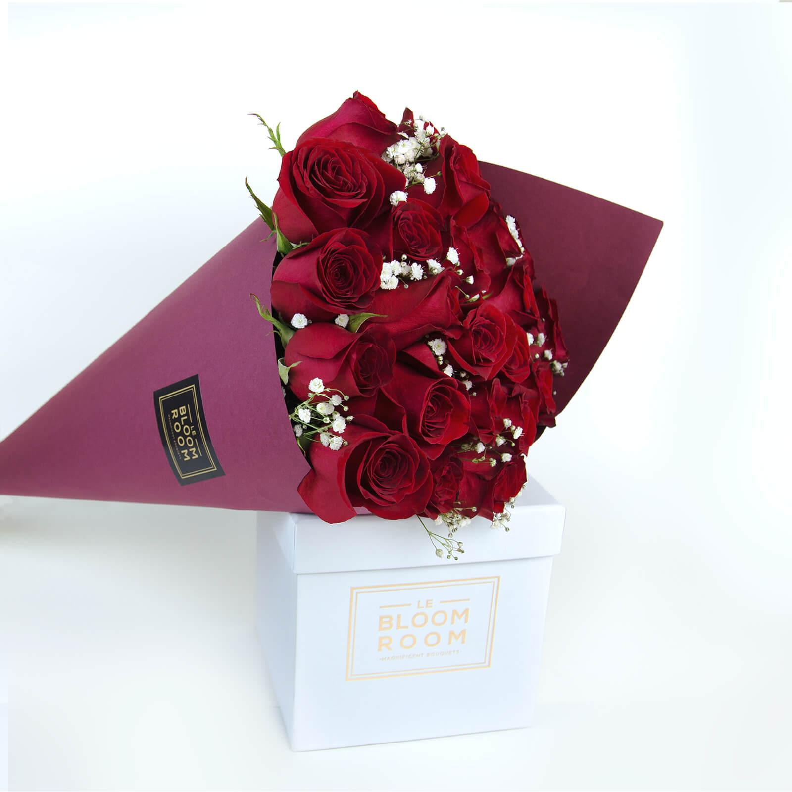 ramo de 24 rosas rojas en cono vino