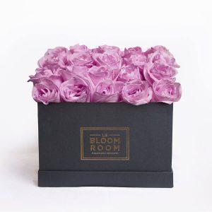 caja negra de 25 rosas moradas