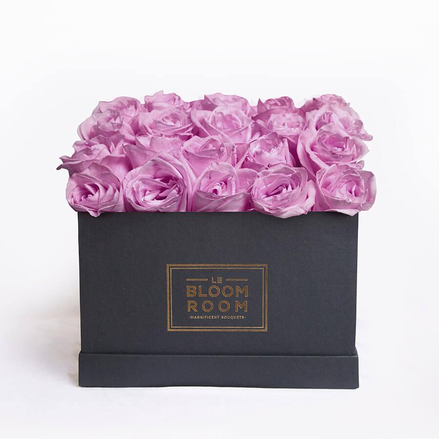 caja grande de rosas moradas