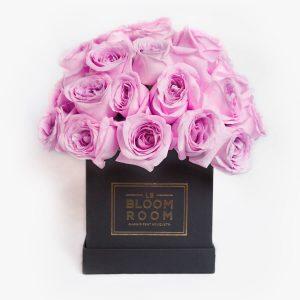 Caja negra con rosas moradas en esfera