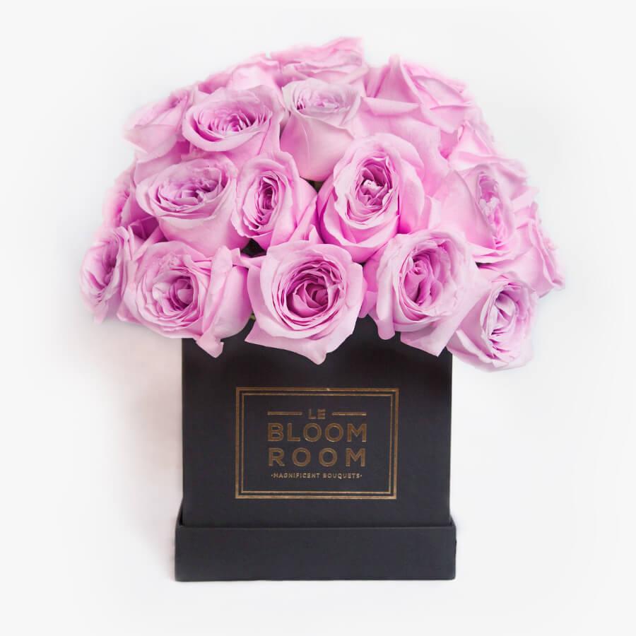 Arreglo floral en caja con rosas moradas