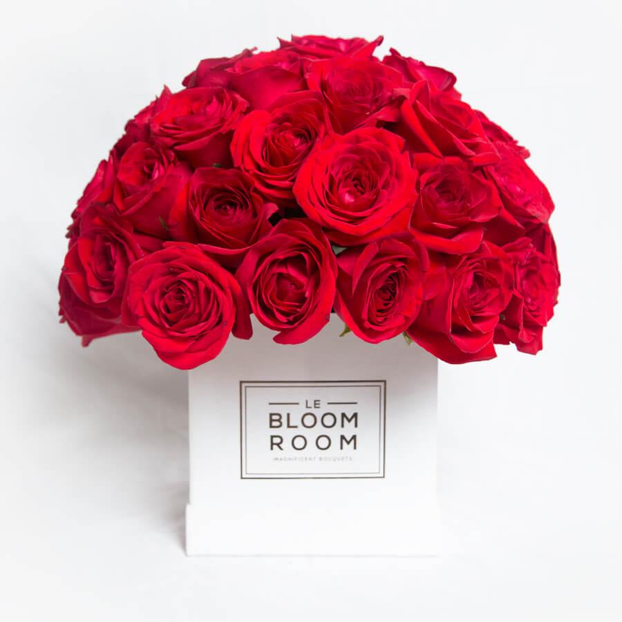 Arreglo floral en caja con rosas rojas