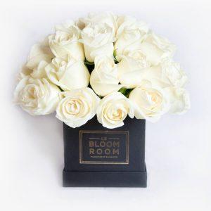 Caja negra con rosas blancas en esfera