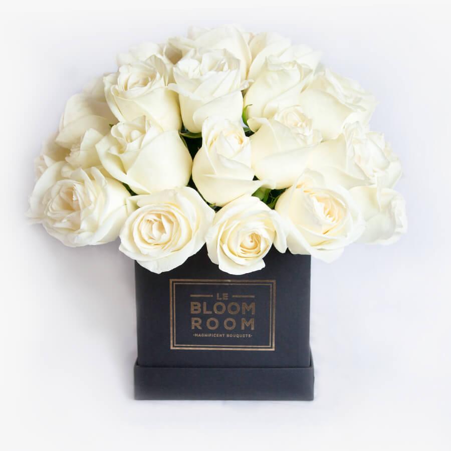 Arreglo floral en caja negra con rosas blancas