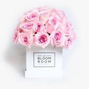 Caja blancas con rosas rosas en esfera