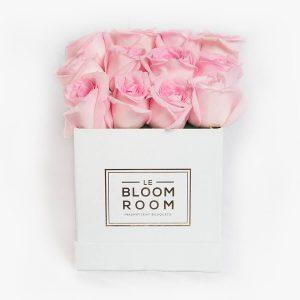 Caja blanca con rosas rosas
