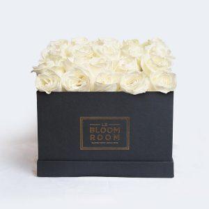 caja negra con 25 rosas blancas