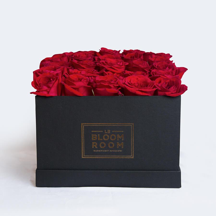 caja negra con 25 rosas rojas