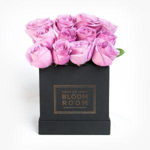 Caja negra con rosas moradas
