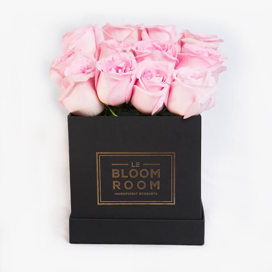Caja negra con rosas rosas