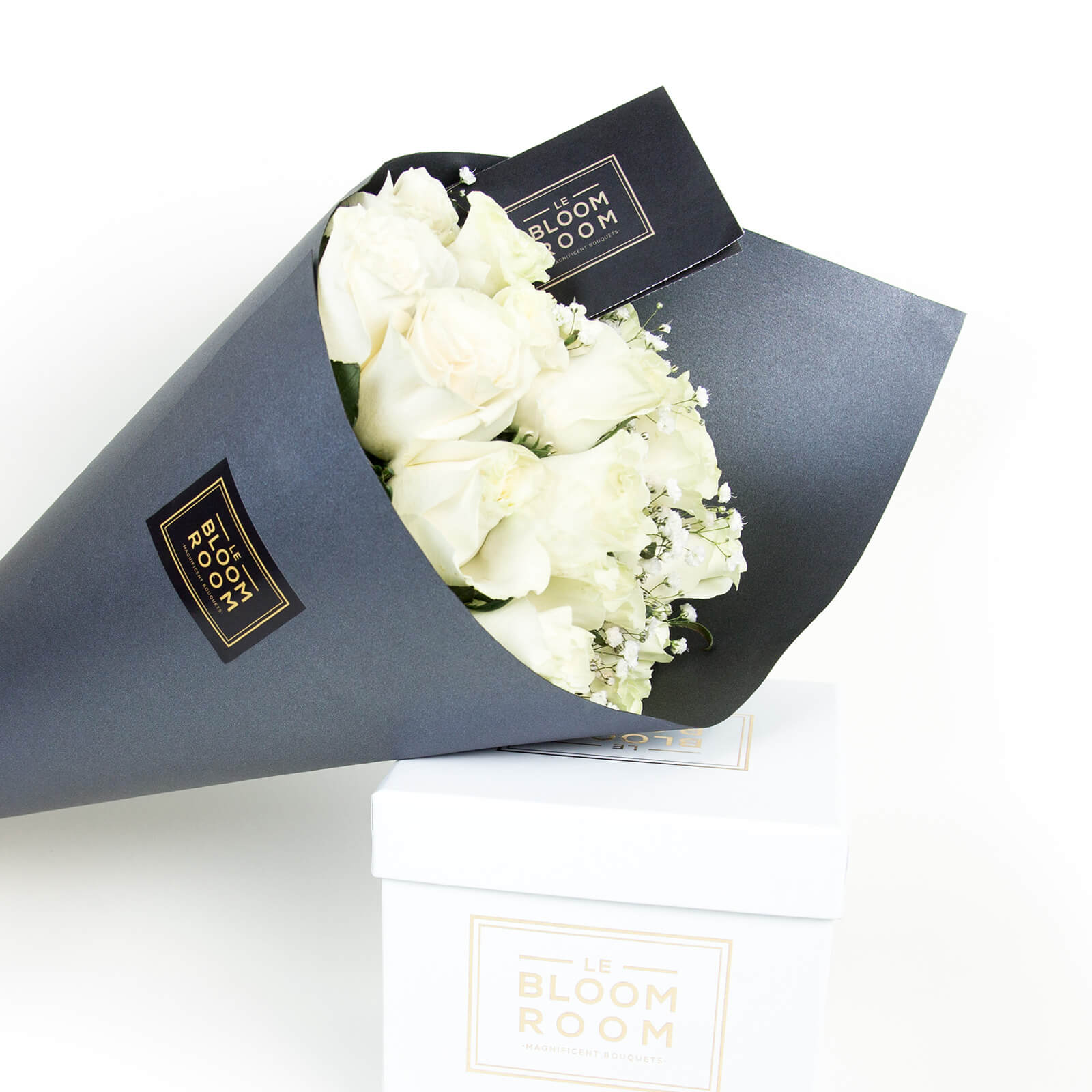 ramo de 12 rosas blancas en cono gris