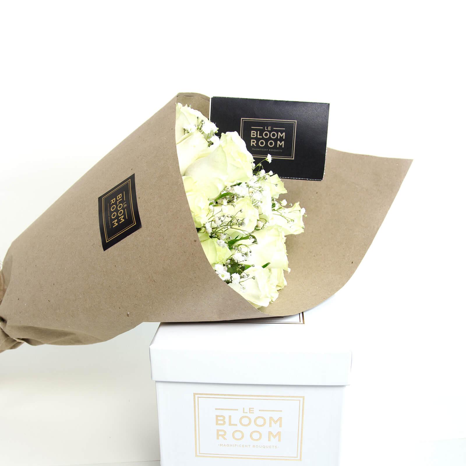 ramo de 12 rosas blancas en papel kraft