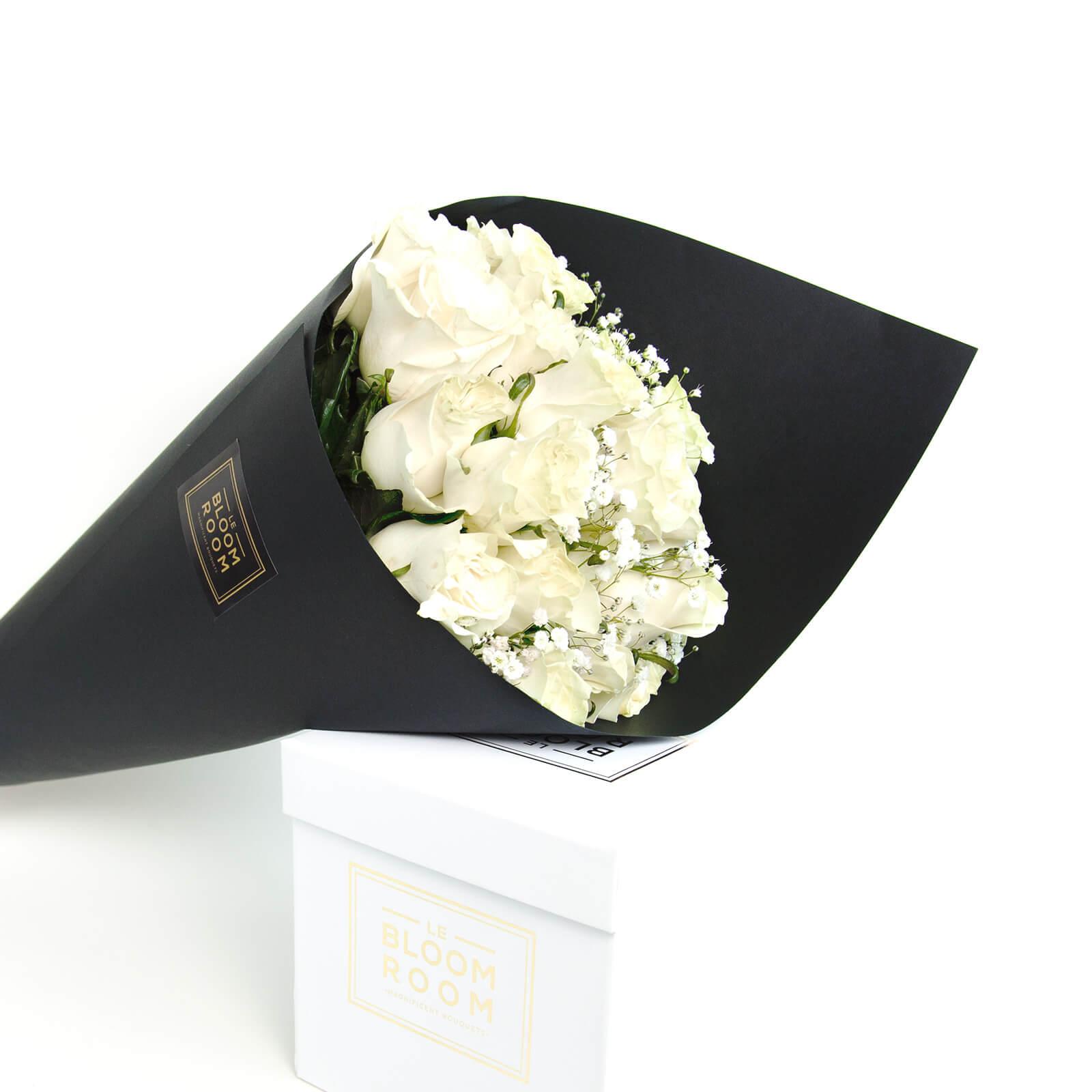 ramo de 12 rosas blancas en papel negro