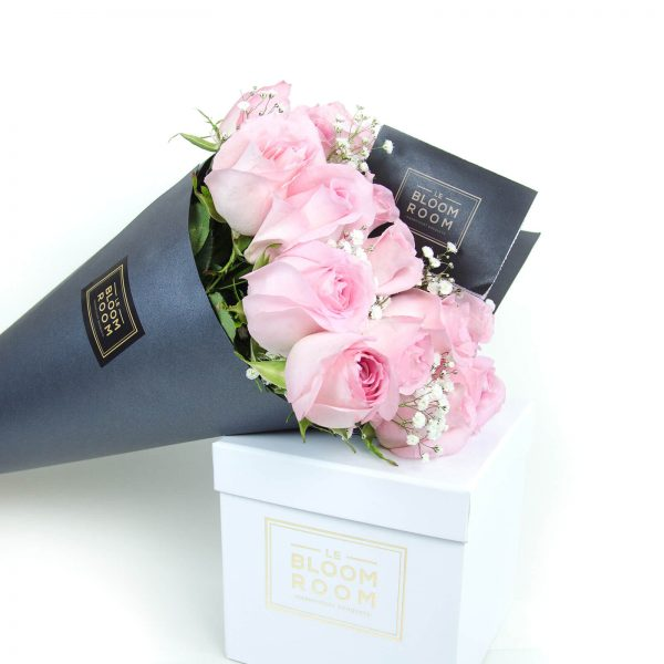 ramo de 12 rosas en cono gris