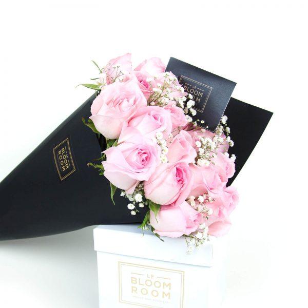 ramo de 12 rosas en cono negro