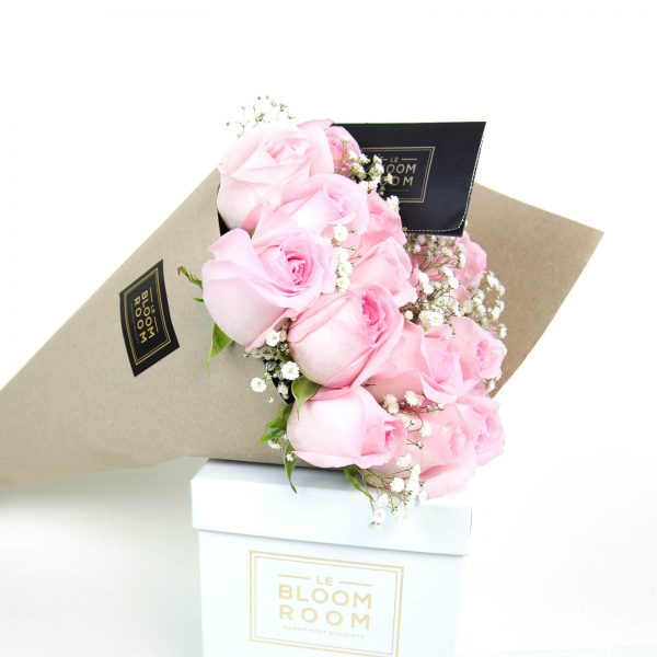 ramo de 12 rosas en papel kraft