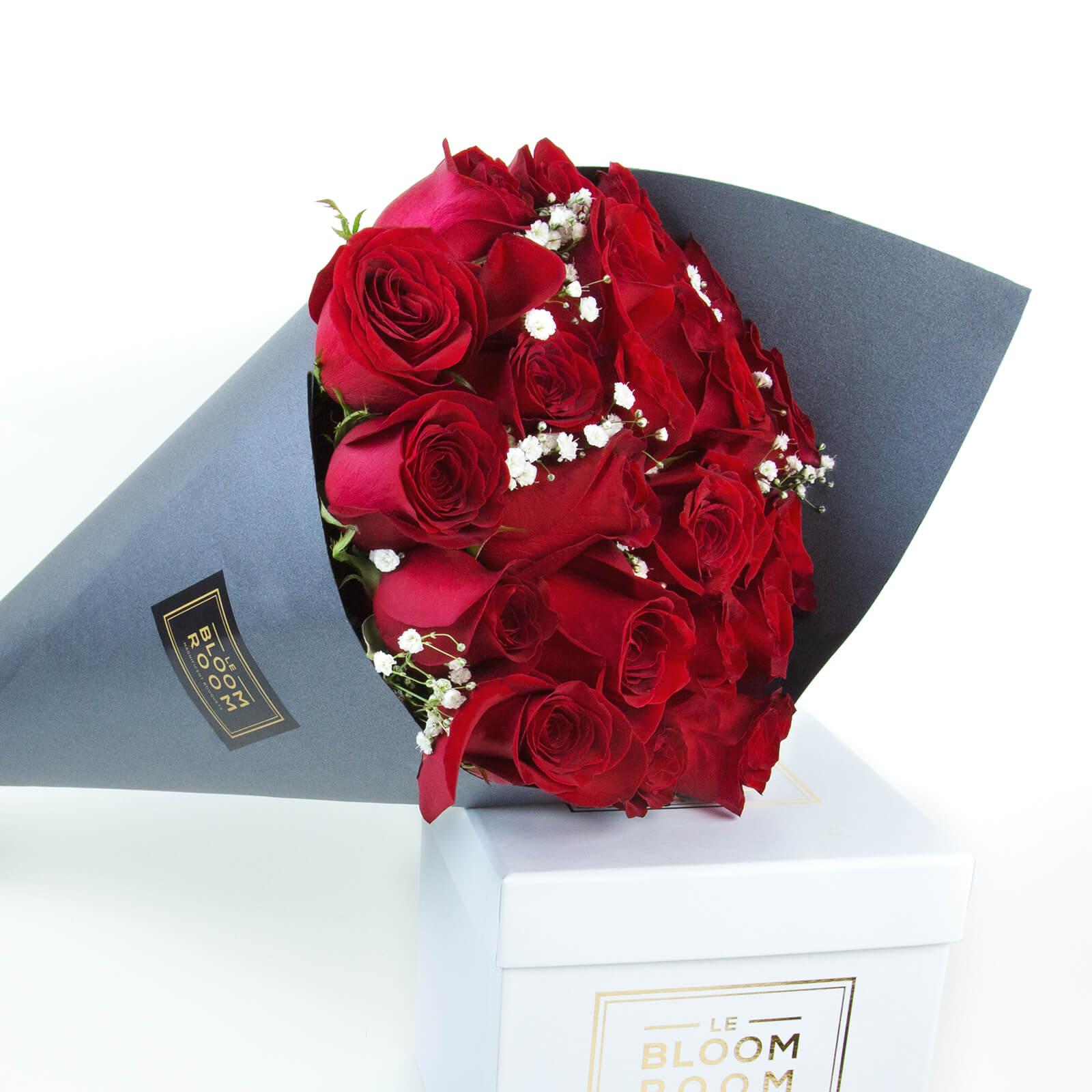 ramo de 12 rosas rojas en cono gris
