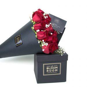ramo de 12 rosas rojas en cono negro