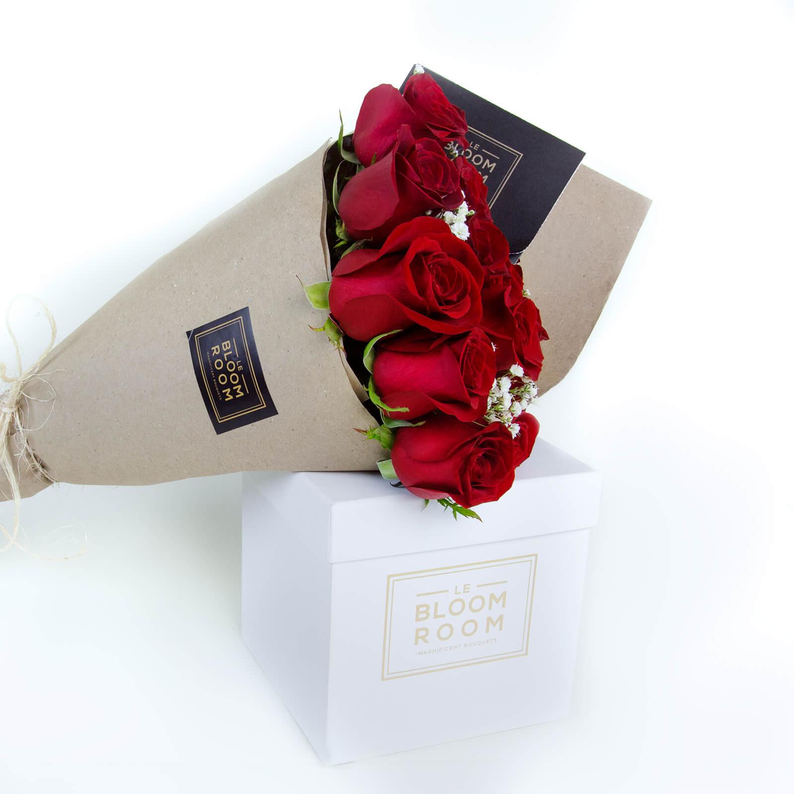 ramo de 12 rosas rojas en papel kraft