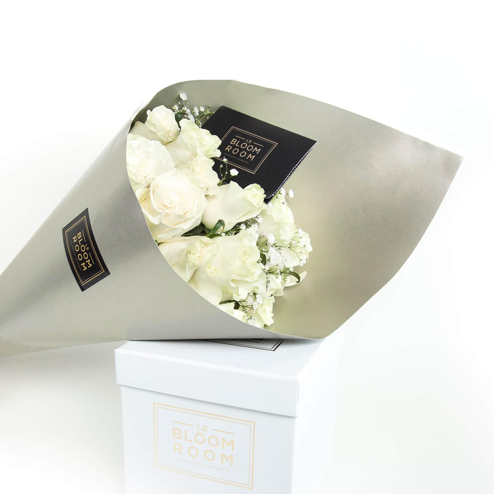ramo de 24 rosas blancas en cono dorado
