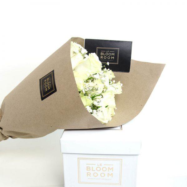 ramo de 24 rosas blancas en cono kraft