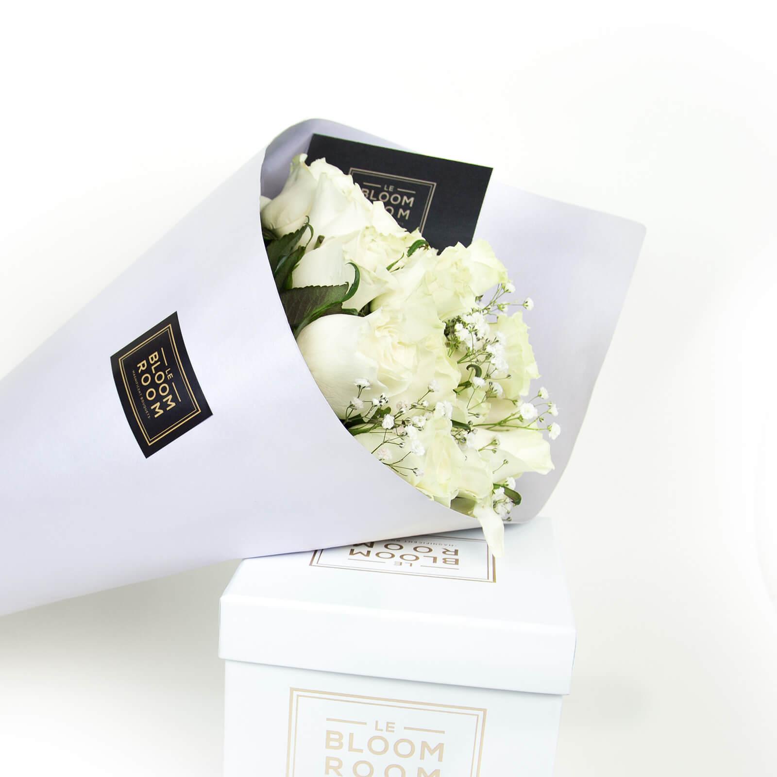 ramo de 24 rosas blancas en cono lavanda