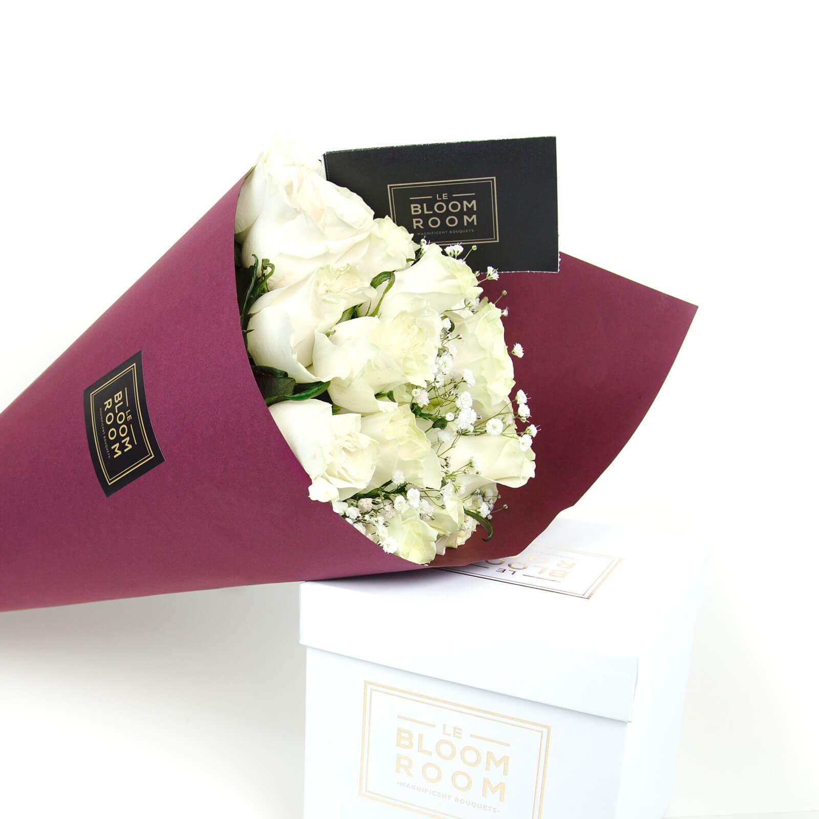 ramo de 24 rosas blancas en cono vino
