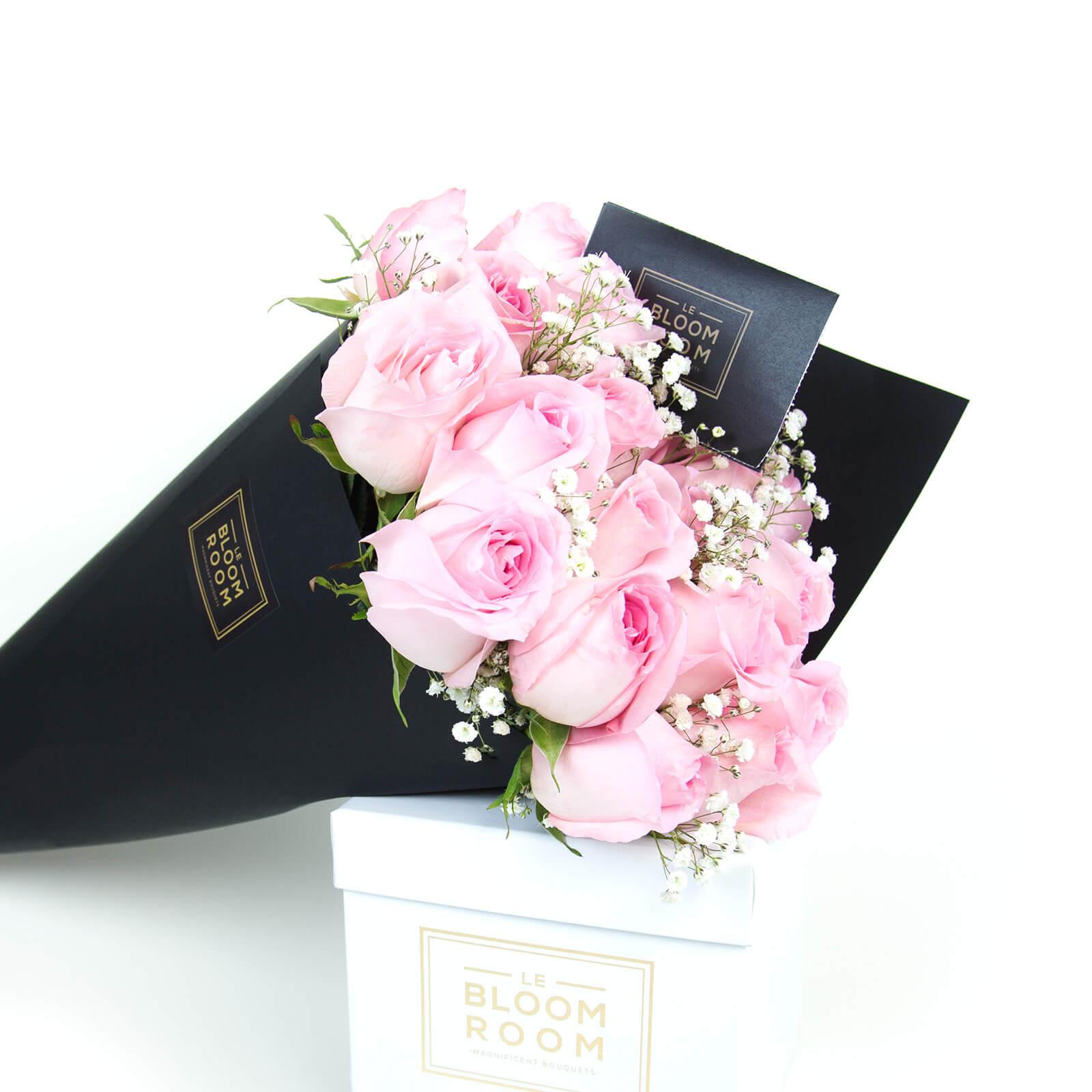 ramo de 24 rosas en cono negro