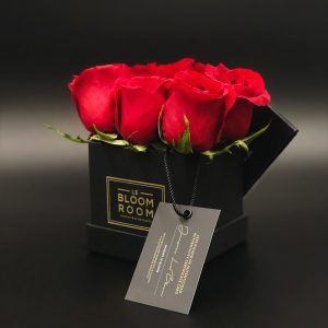 caja chica negra 6 rosas rojas