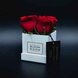 caja mini blanca 4 rosas rojas
